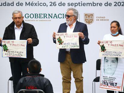 López Obrador, miembros del Gobierno y familiares, durante el aniversario de la desaparición.