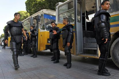 Policias antidisturbios custodian la Embajada Francesa en Tunez.