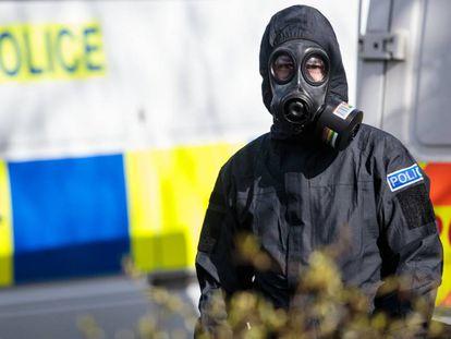 Un policía junto al lugar donde fue atacado el espía Skripal.