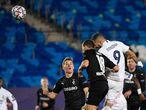 Benzema adelanta al Real Madrid con un remate con la cabeza colocando la pelota al primer palo.