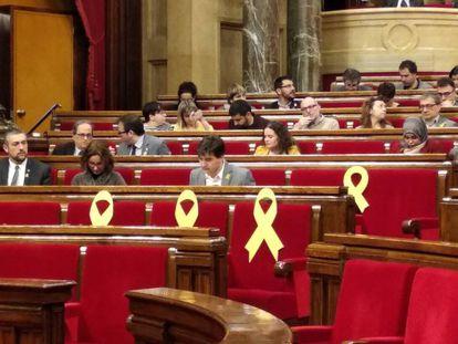 Lazos amarillos en el Parlament, en el pleno de investidura de Turull, el pasado sábado.