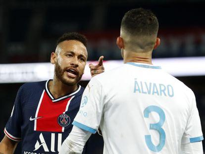 Neymar se encara con Álvaro González, al que le acusa de haberle dirigido insultos racistas, durante el encuentro entre el PSG y el Olympique de Marsella en el Parque de los Príncipes este domingo