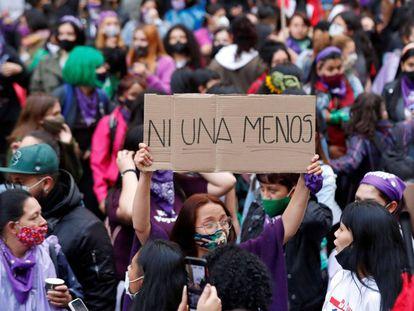 Una mujer levanta una pancarta durante una marcha feminista. MAURICIO DUEÑAS CASTAÑEDA (EFE)