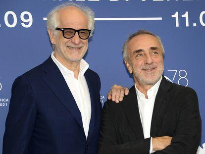 Toni Servillo (izquierda) y Silvio Orlando, antes de la presentación de 'Ariaferma', en el festival de Venecia.