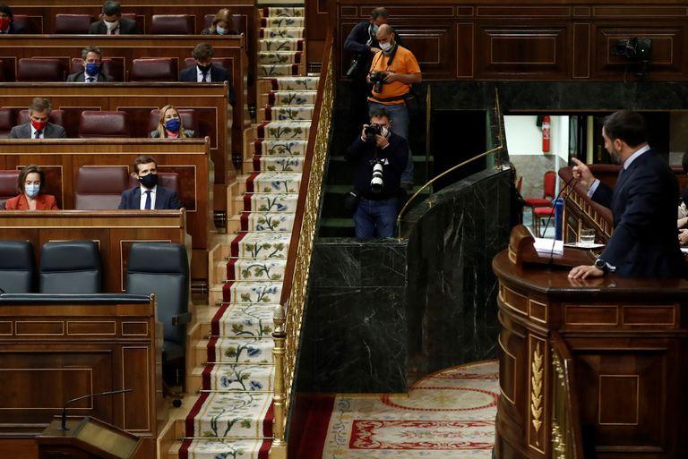 El líder de Vox, Santiago Abascal se dirige al del PP, Pablo Casado, sentado en su escaño, durante el debate de la moción de censura.
