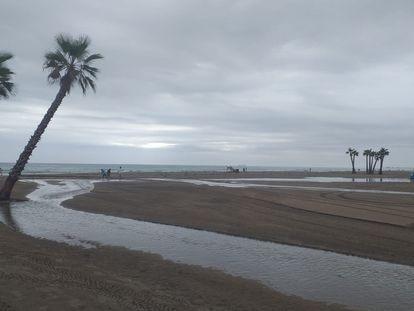 La playa de Canet d'en Berenguer, tras las lluvias torrenciales de este lunes.