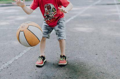 Un niño juega con su balón.