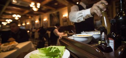 Preparación de la ensalada Caesar en el restaurante del mismo nombre