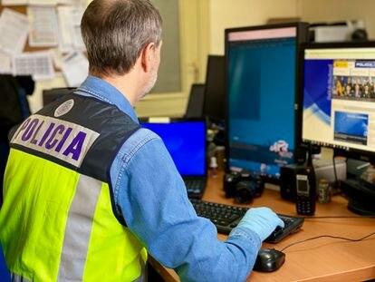 Policía investigando delitos en Internet  POLICÍA NACIONAL 07/04/2020