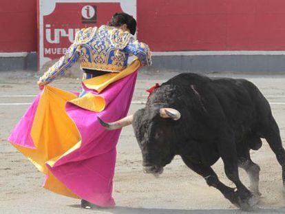 Iván Fandiño, en un lance a su primer toro de la corrida.