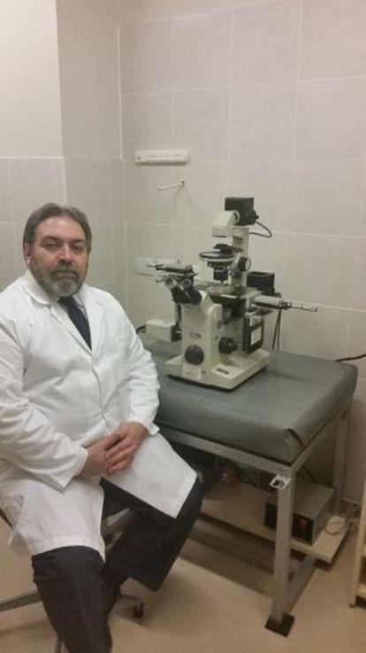 El psiquiatra Juan Matías Santos en su consulta.