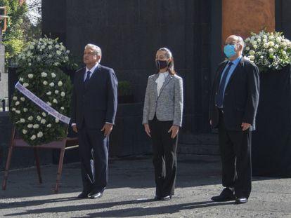 El presidente López Obrador, la jefa de Gobierno. Claudia Sheinbaum y el historiador Lorenzo Meyer durante una ceremonia en la Ciudad de México el pasado 19 de octubre.