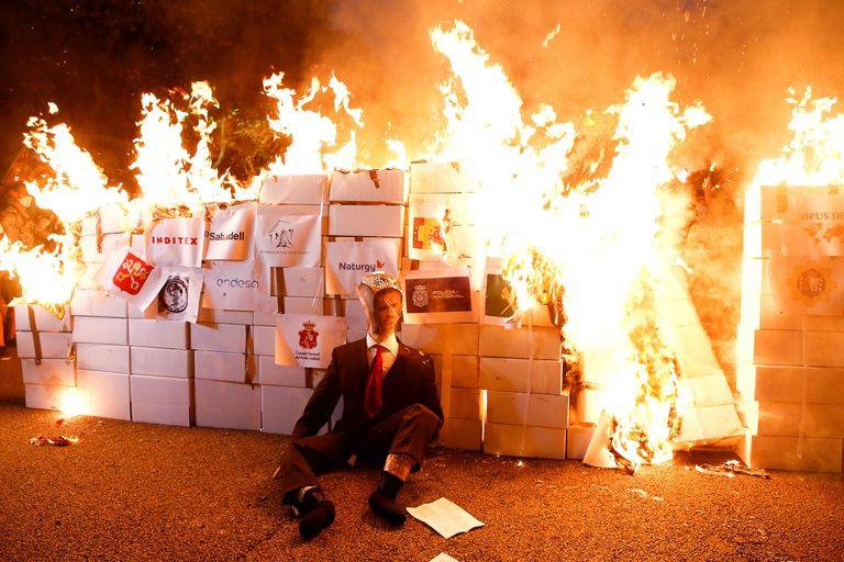 Miembros de los Comités de Defensa de la República (CDR) queman un retrato del rey Felipe VI, tras la manifestación convocada con motivo de la Diada del 11 de septiembre.