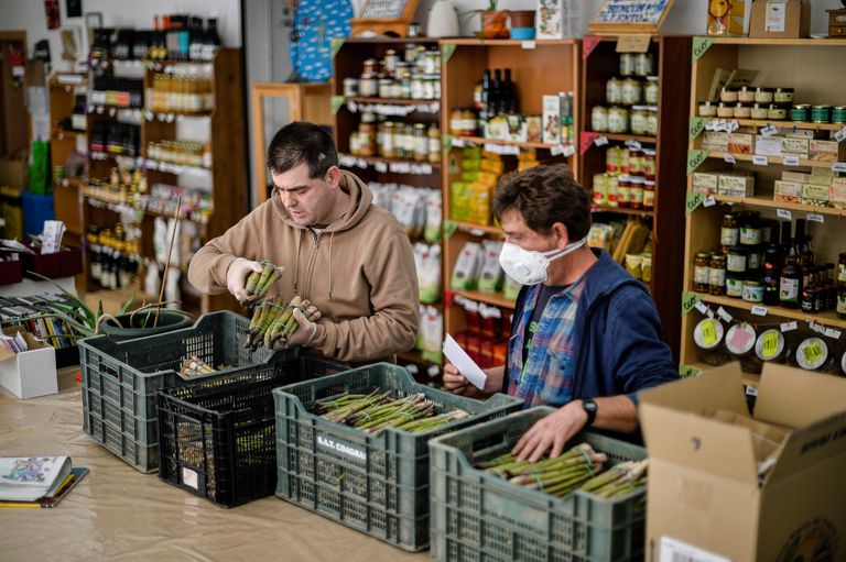 Agricultores ecológicos en Guadalajara abastecen a pequeños comercios de la zona, superando, como pueden, los inconvenientes de la crisis del coronavirus.