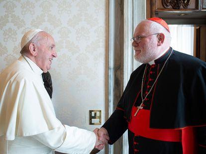 El cardenal Reinhard Marx (derecha) saluda al Papa Francisco en una audiencia privada en el Vaticano en febrero de 2020.
