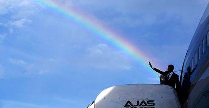 Barack Obama saluda antes de entrar en el avión presidencial, en abril de 2015 en Kingston (Jamaica).