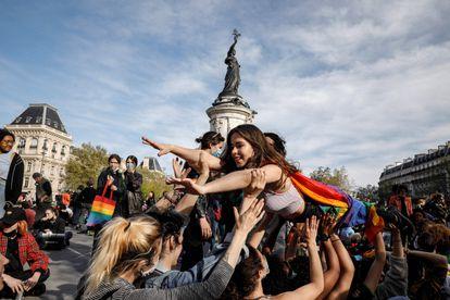 """Manifestación en la plaza de la República de París el 25 de abril que reclamaba """"la visibilidad de las lesbiana"""" y """"reproducción asistida para todos""""."""