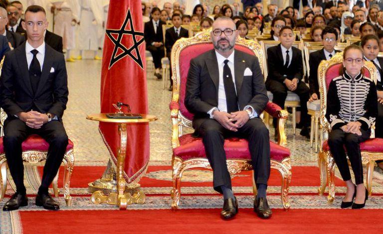 El Rey Mohammed VI, junto al príncipe Moulay El Hassan (izquierda) y la princesa Lalla Khadija (derecha), en septiembre de 2018 en Rabat.