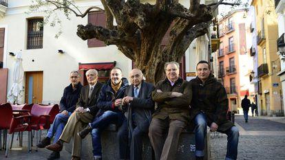 De izquierda a derecha, los poetas valencianos Antonio Cabrera, Guillermo Carnero, Vicente Gallego, Francisco Brines, Jaime Siles y Carlos Marzal, en Valencia, en un homenaje a Brines, el 15 de febrero de 2016.