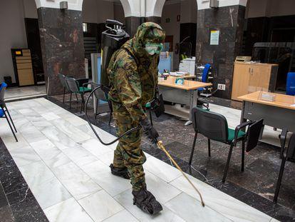 Un soldado del Regimiento de infantería Garellano 45 desinfecta este sábado la  Subdelegación del Gobierno en Vitoria.