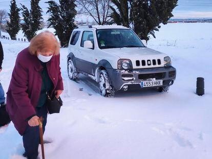 Inés López, de 69 años, trata de llegar a través de la nieve al tanatorio de Leganés donde se encuentra el cuerpo de Marcelino, su marido