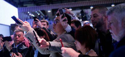 Un grupo de visitantes, conectado de forma inalámbrica durante el último Mobile World Congress (MWC) de Barcelona.
