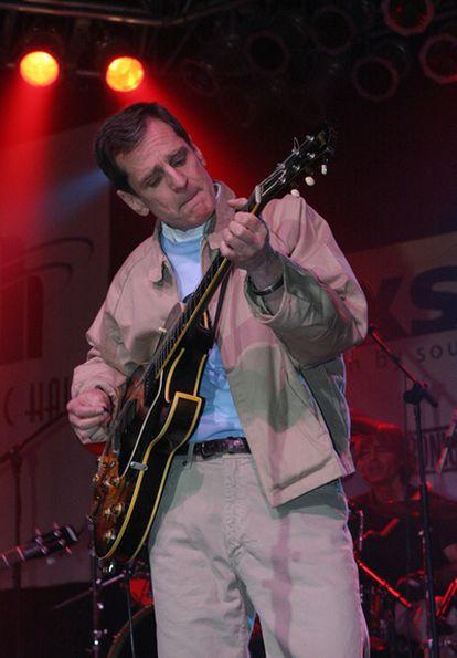 El músico Alex Chilton toca con la banda The Big Star en una imagen de 2004