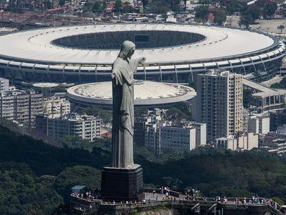 El icónico Cristo Redentor de Río de Janeiro con Maracaná al fondo.