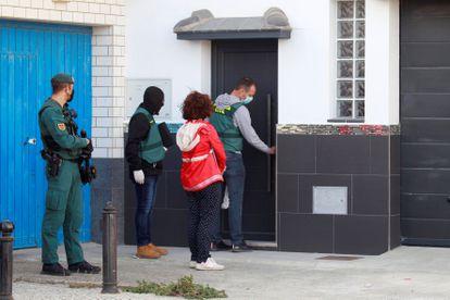 Agentes de la Guardia Civil durante uno de los registros realizados en La Línea de la Concepción (Cádiz) el pasado mes de octubre en las propiedades del 'Garrapi'