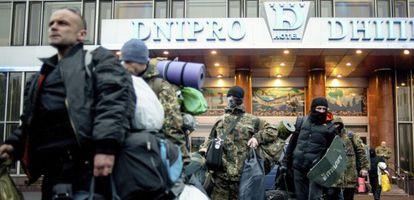 Miembros del movimiento Sector de Derechas abandonan este martes un hotel en Kiev.
