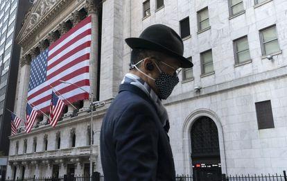 Un hombre pasa frente a la Bolsa de Valores de Nueva York, en noviembre de 2020.