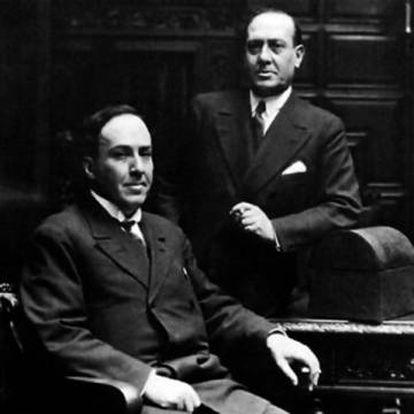 Los hermanos Machado. Antonio, sentado; Manuel, de pie.