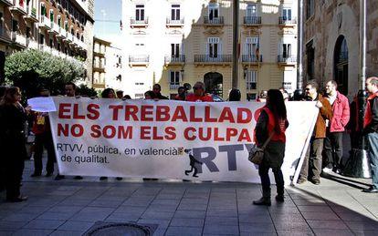 Protesta de trabajadores de RTVV, este viernes, ante el Palau de la Generalitat.