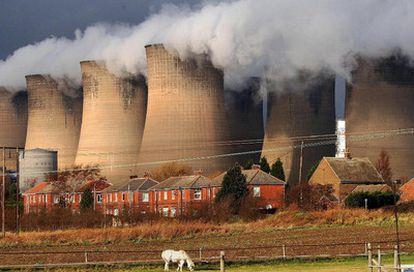 Columnas de humo salen de las enormes chimeneas de la planta de producción eléctrica de carbón de Eggborough, Inglaterra