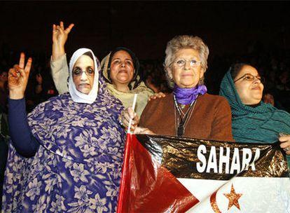 La actriz Pilar Bardem, junto a activistas saharauis en el acto de ayer en Rivas Vaciamadrid.