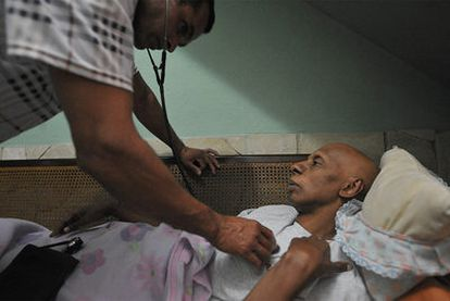 Un médico examina el pasado marzo a Guillermo Fariñas, en huelga de hambre desde febrero.