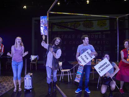 El elenco de la obra Ambiente Familiar en una de las primeras escenas