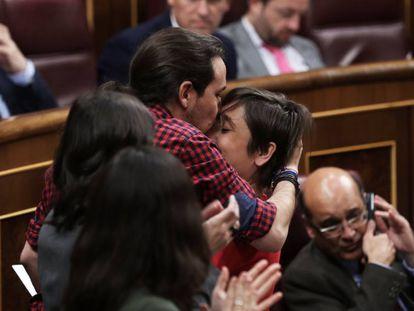 Pablo Iglesias besa a Marta Sibina Camps tras defender la proposición de Ley Orgánica sobre la eutanasia.