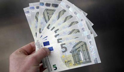 Billetes de cinco euros.