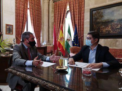 El alcalde de Sevilla, Juan Espadas, conversa con el portavoz de Cs, Álvaro Pimentel.