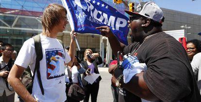 Un simpatizante de Trump escuchando a un manifestante en Detroit