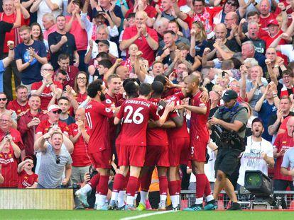 Los jugadores del Liverpool celebran un gol.