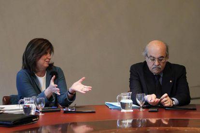 La consejera de Educación, Irene Rigau, junto al consejero de Economía, Andreu Mas-Colell, durante la habitual reunión del Gobierno de la Generalitat