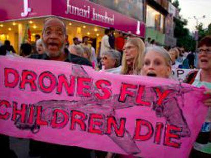 Manifestación en contra de los ataques con 'drones'.