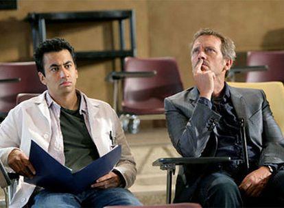 Kal Penn y Hugh Laurie en <i>House.</i>