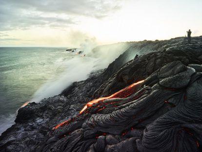 Volcán en la Isla Grande, Hawái.