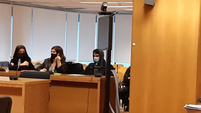 Alberto Sánchez, presunto homicida de su madre, sentado junto a su abogada.