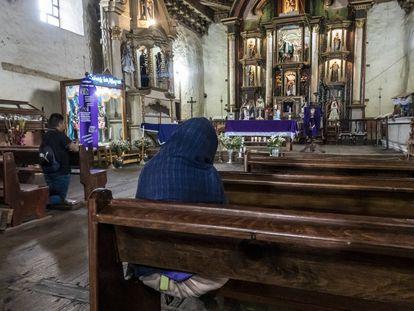 Feligreses rezan al interior de la iglesia de Nurio el abril del año pasado.