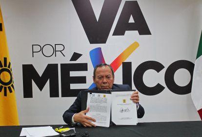 Jesús Zambrano, presidente del PRD, muestra su firma de la alianza Va por México.