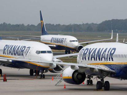 Varios aviones de Ryanair en una pista de aterrizaje